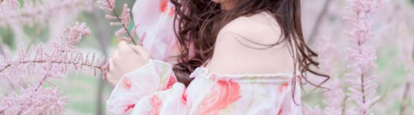 Bild für Blogartikel: Kleiner Styling-Ratgeber für Curvy-Size-Mode; Zu sehen: Frau mit Trend-Tipp für 2018 an
